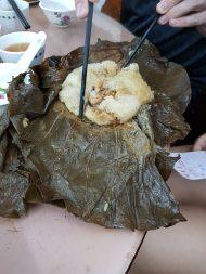 Du riz cuit dans une feuille de lotus