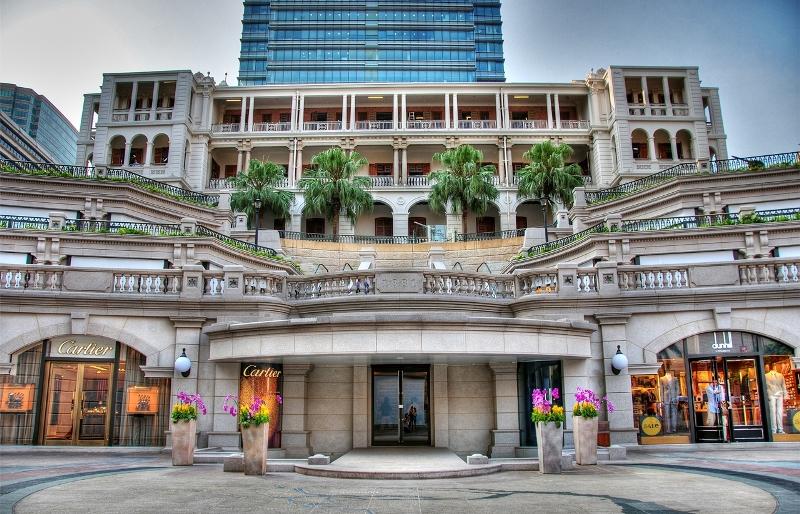 Le 1881 Heritage et ses boutiques de luxe, dont Cartier à gauche