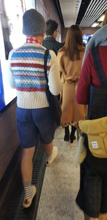 Le look hivernal par excellence : shorts, bonnet en laine, écharpe suisse et pull en laine
