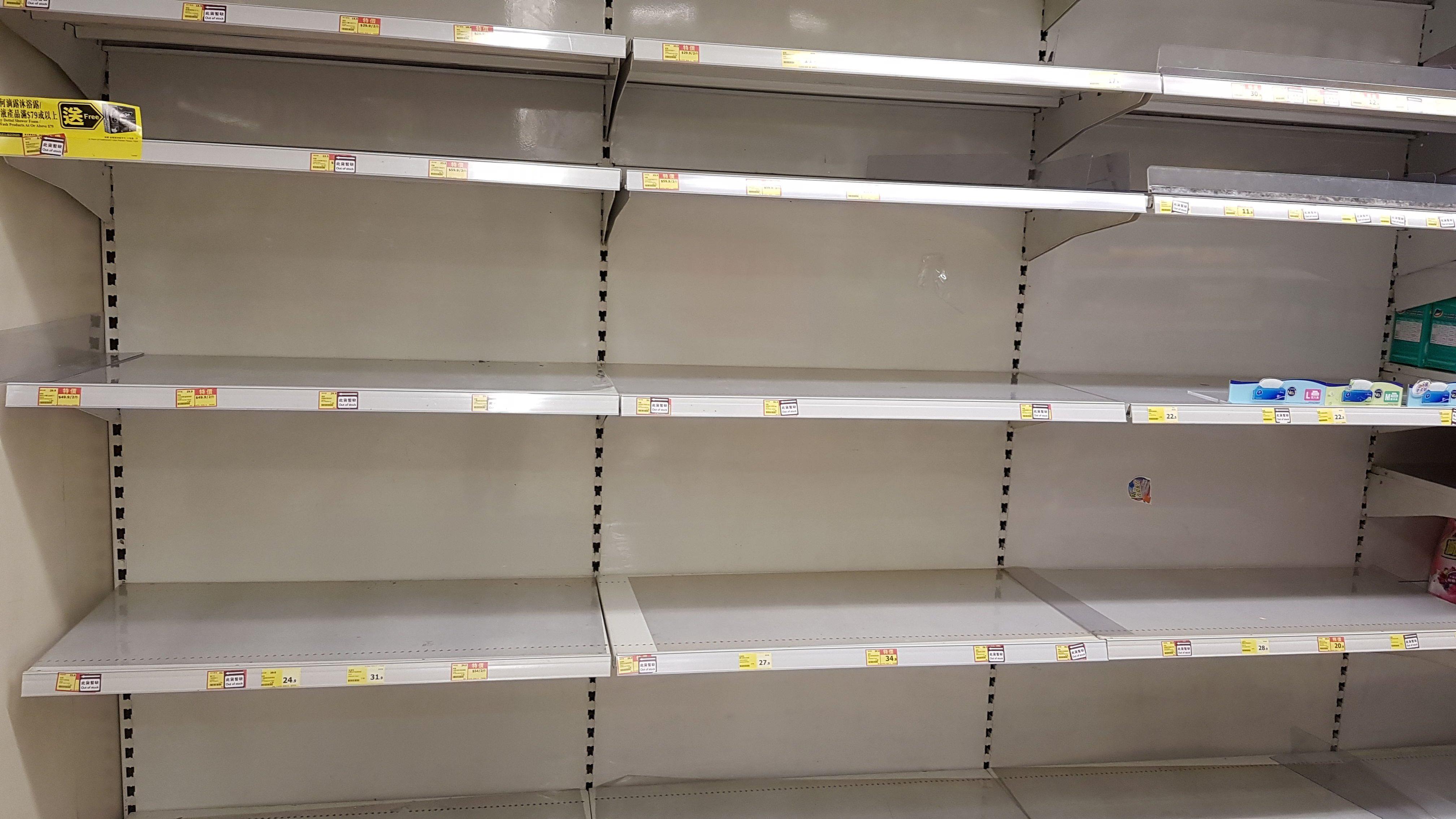 Les rayons du supermarché il y a un mois... Maintenant, c'est réglé.