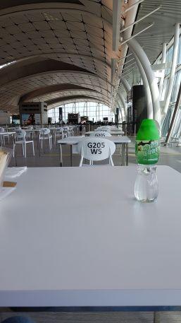 Ma petite table, pendant mon attente à l'aéroport